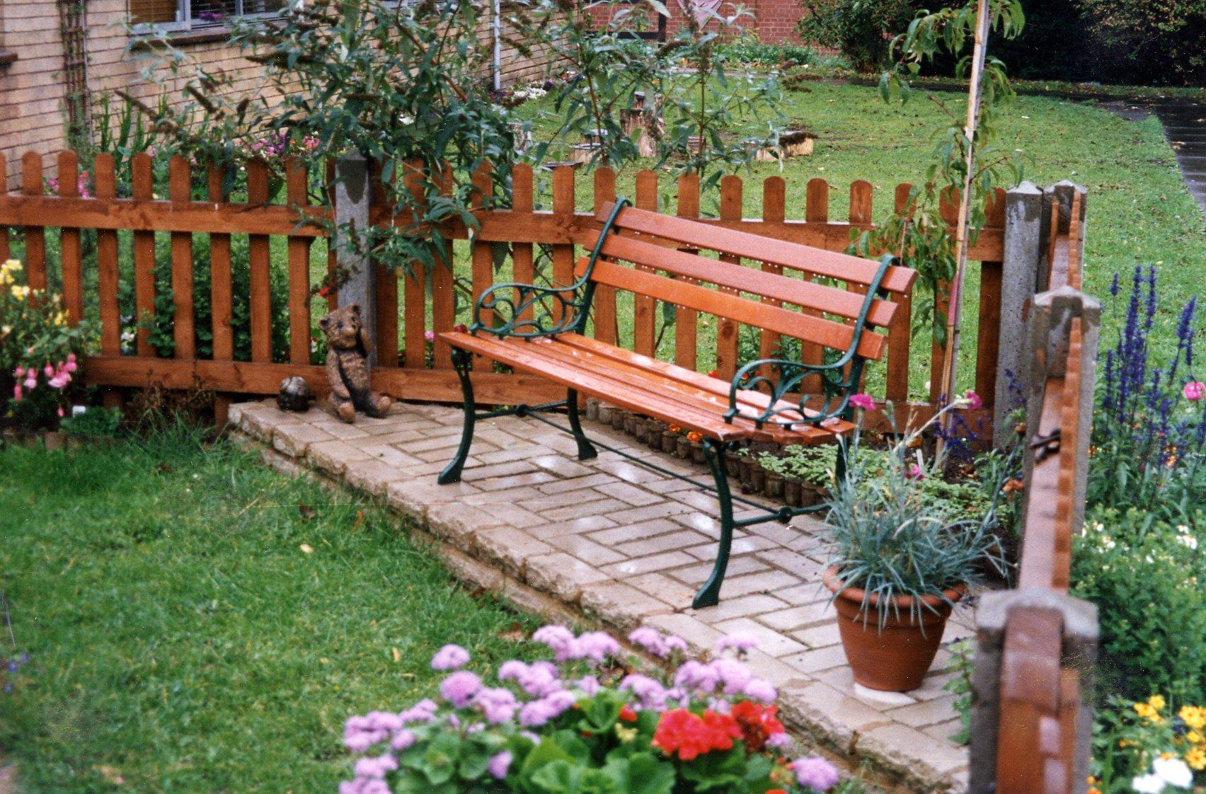ספסלים מעץ לגינה