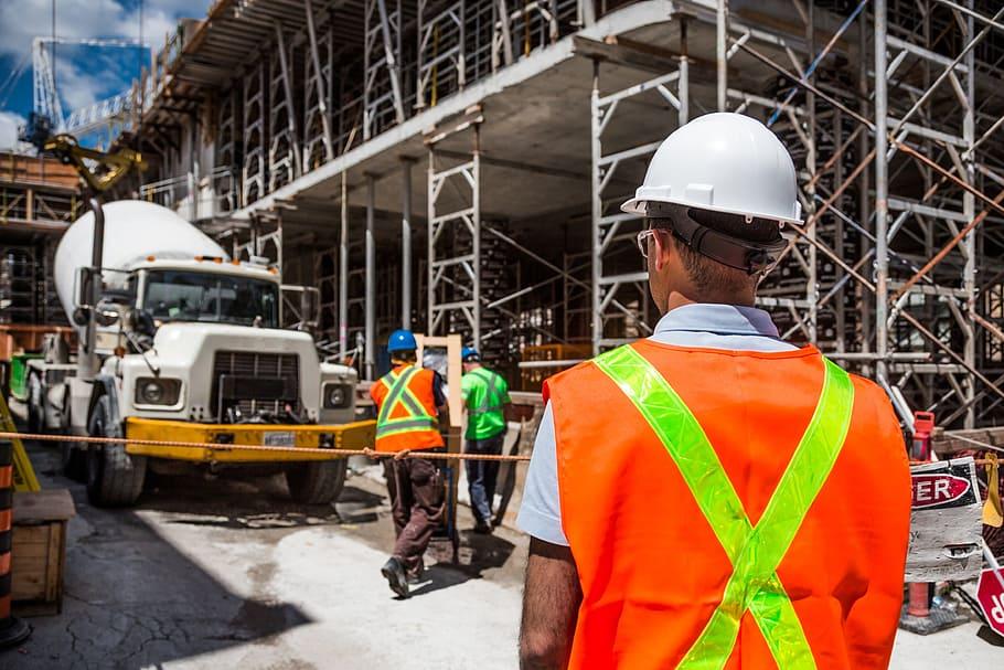 מומחה מדבר על ניהול פרויקטים של בנייה
