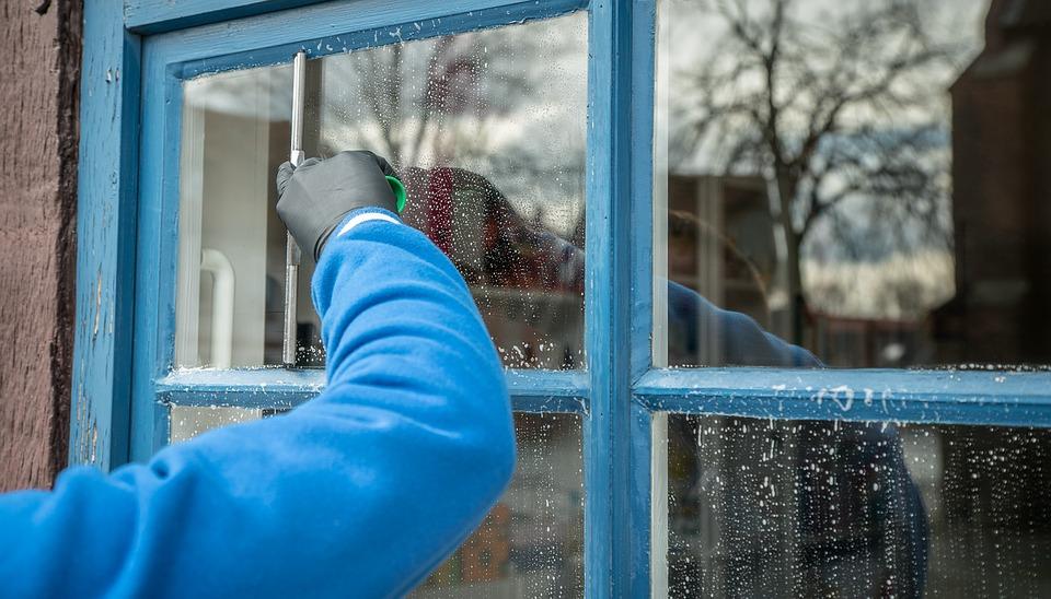 באיזו תדירות עלי להזמין שירות ניקוי חלונות?
